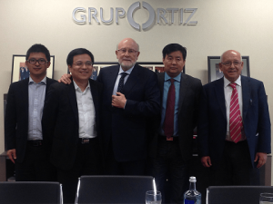De izquierda a derecha: Jian Yang, Professor of Shanghai Jiao Tong University, Xue Weichen, Professor of Tongji University, Francisco Concejo, OSA President, Mr. Gong Jian, Chief Engineer of SCG, Jose Luis Cano, General Manager INDAGSA