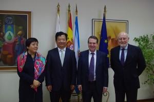 De izquierda a derecha, Ana Fang Vicepresidenta de OSA, Dr. Zheng Deyan Alcalde Director of Qingdao Shibei Goverment, D. Abel Caballero Excmo.Sr. Alcalde de Vigo y Francisco Concejo Presidente de OSA
